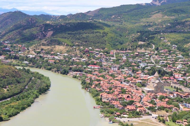 Mtskheta, Tiflis, Georgia Luftpanoramablick von Mtskheta-Dorf, wo die Aragvi-Flussflüsse in die Kura stockfotos
