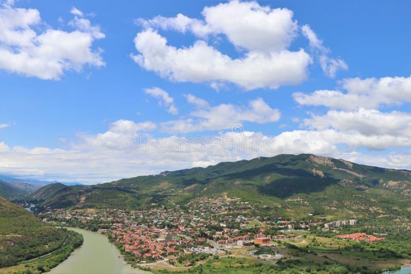 Mtskheta, Tiflis, Georgia Luftpanoramablick von Mtskheta-Dorf, wo die Aragvi-Flussflüsse in die Kura lizenzfreie stockbilder