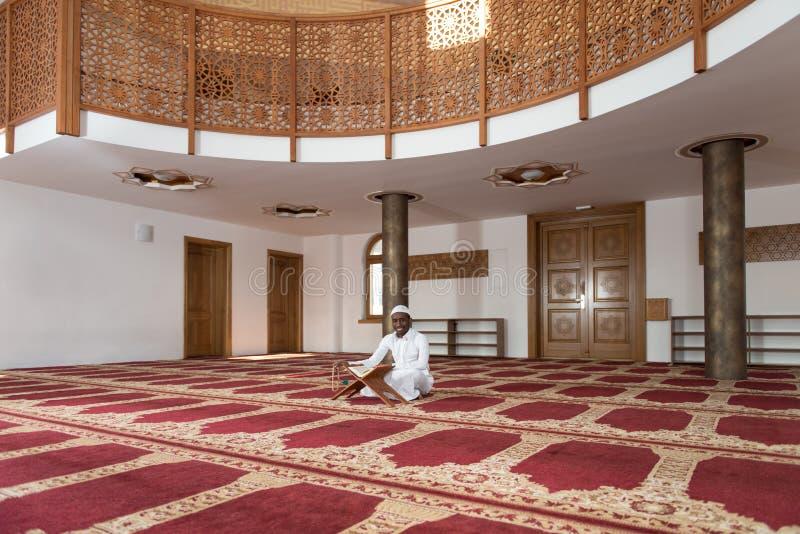 Muçulmanos africanos novos Guy Reading The Koran imagens de stock