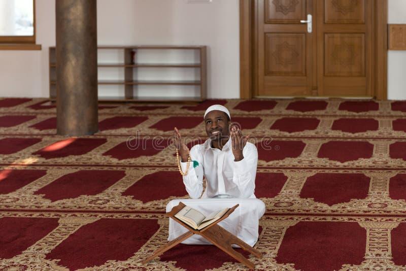 Muçulmanos africanos novos Guy Reading The Koran fotos de stock royalty free