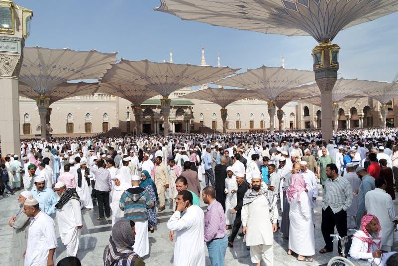 Muçulmanos após a parte dianteira da mesquita de Nabawi, Medina das orações de sexta-feira imagens de stock