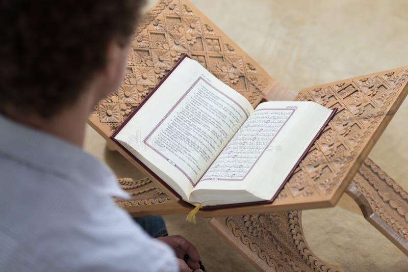 Muçulmanos brancos Guy Reading The Koran fotos de stock