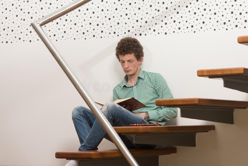 Muçulmanos brancos Guy Reading The Koran fotos de stock royalty free