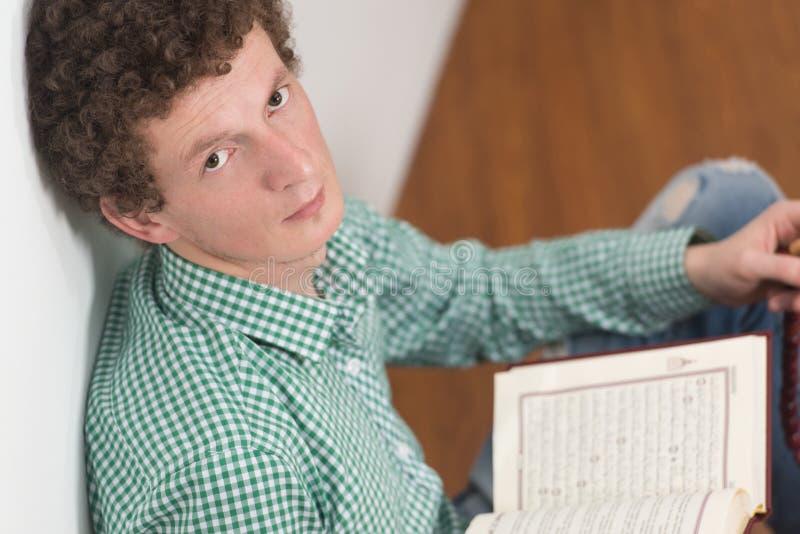 Muçulmanos brancos Guy Reading The Koran imagens de stock