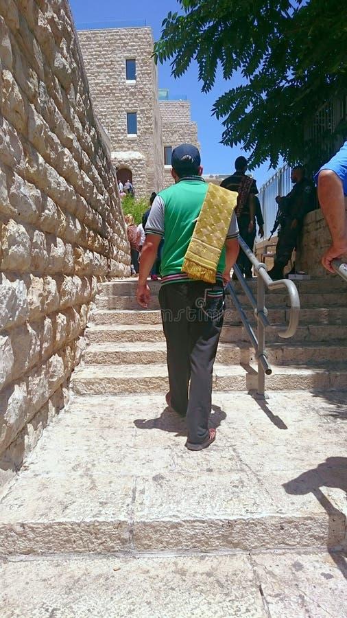 Muçulmanos com tapete ou esteira de oração no Jerusalém imagens de stock royalty free