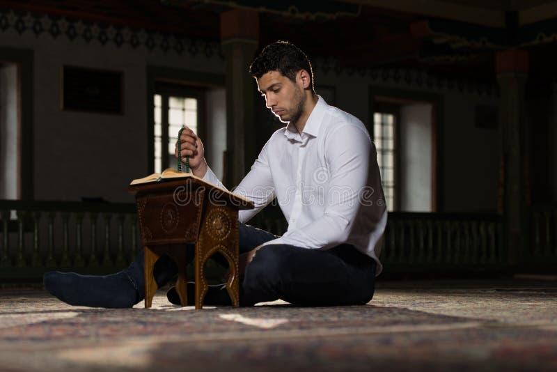 Muçulmanos novos Guy Reading The Koran fotos de stock royalty free
