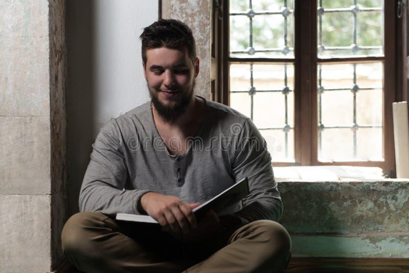 Muçulmanos novos Guy Reading The Koran imagens de stock