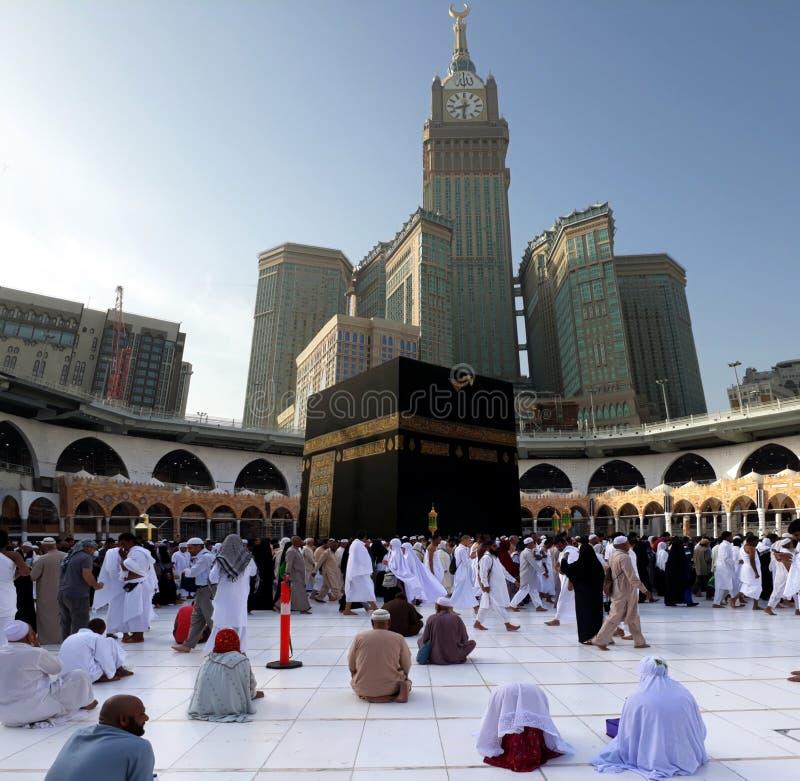 Muçulmanos que executam o tawaf em Kaabah santamente na manhã Os muçulmanos enfrentam o sentido de Kaaba ao executar a oração imagem de stock royalty free