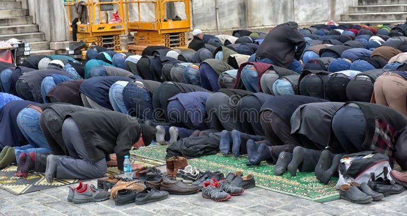 Muçulmanos que executam orações de sexta-feira nas ruas de Istambul imagem de stock