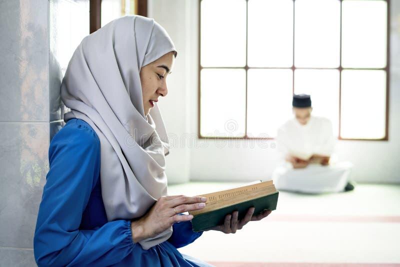 Muçulmanos que leem do Corão fotos de stock royalty free