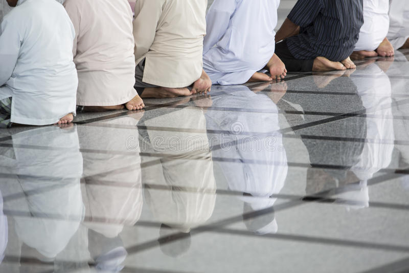 Muçulmanos que Praying em uma mesquita imagens de stock
