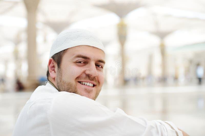 Muçulmanos que praying na mesquita de Medina imagens de stock royalty free