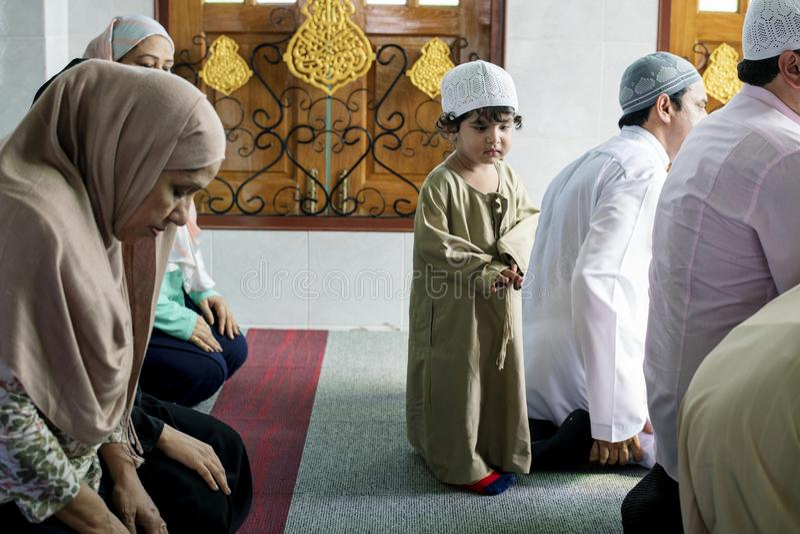 Muçulmanos que rezam na mesquita imagens de stock