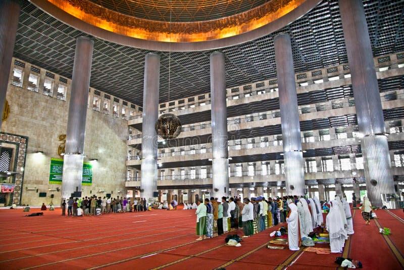 Muçulmanos que rezam na mesquita de Istiqlal Mesjid. Indonésia imagens de stock royalty free