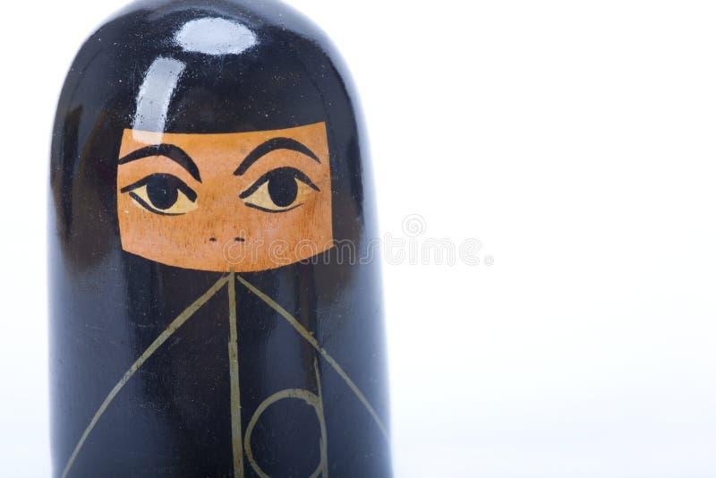 Muñeca árabe de la jerarquización de la mujer en un Burka imagenes de archivo