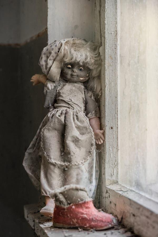 Muñeca abandonada en guardería fotos de archivo libres de regalías