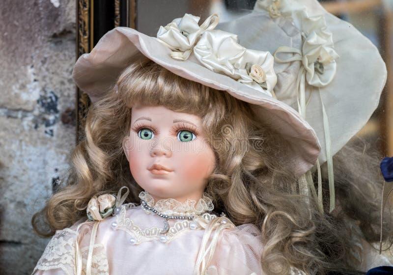 Muñeca cobrable hermosa en venta en el viejo mercado de pulgas de Jaffa fotos de archivo libres de regalías