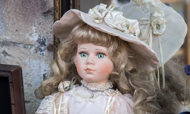 Muñeca cobrable hermosa en venta en el viejo mercado de pulgas de Jaffa imagen de archivo