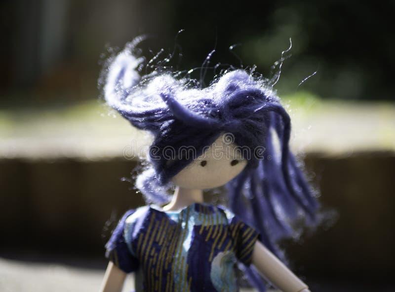 Muñeca con el pelo azul que sopla en el viento imagen de archivo libre de regalías