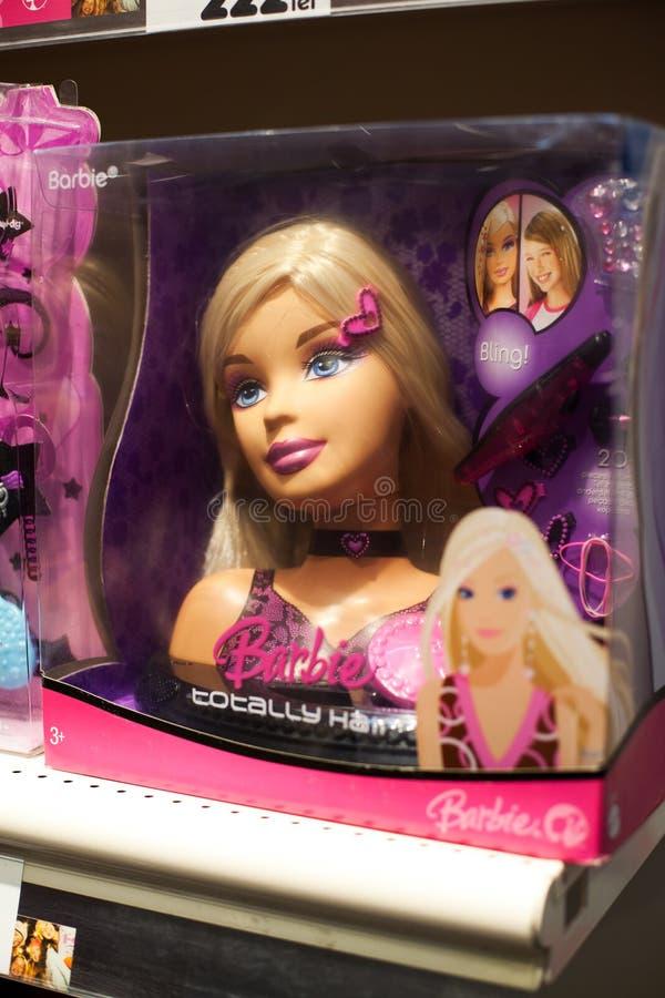 Muñeca de Barbie en estante imagen de archivo