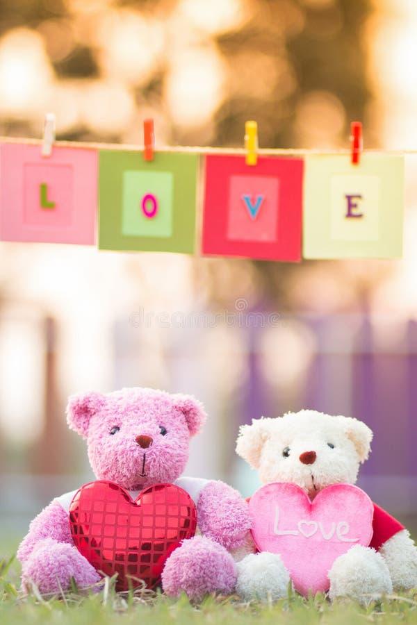 muñeca de dos osos que se sienta junto fotos de archivo libres de regalías