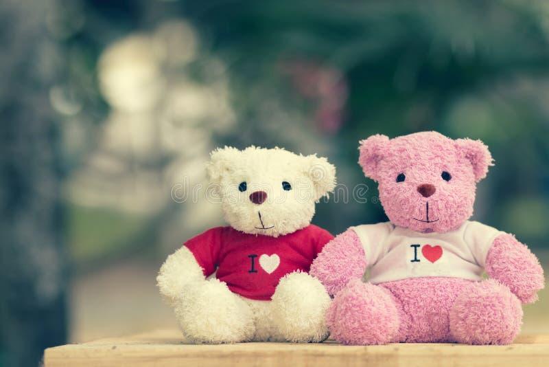 muñeca de dos osos que se sienta junto imagenes de archivo