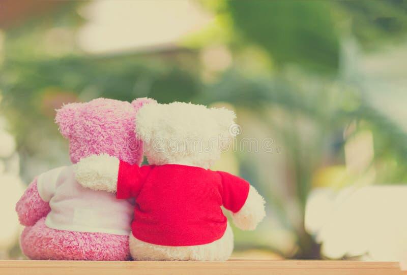 muñeca de dos osos que se sienta junto, día del ` s de la tarjeta del día de San Valentín y concepto del amor imagen de archivo libre de regalías