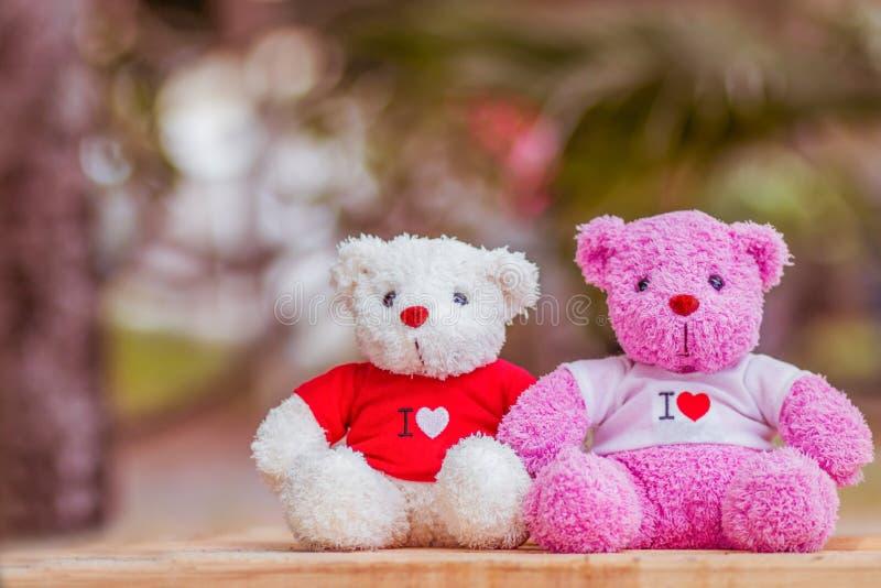 muñeca de dos osos que se sienta junto, día del ` s de la tarjeta del día de San Valentín y concepto del amor imágenes de archivo libres de regalías