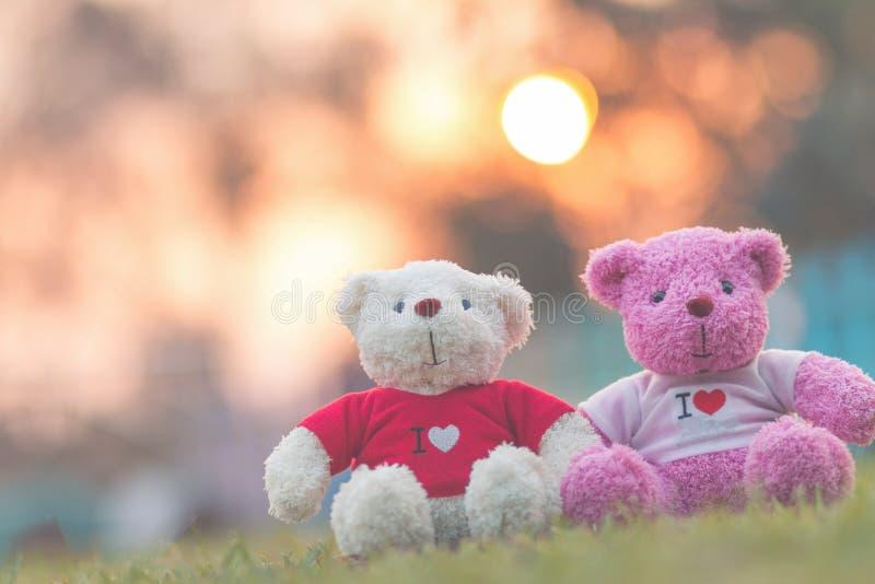 muñeca de dos osos que se sienta junto, día del ` s de la tarjeta del día de San Valentín y concepto del amor fotografía de archivo libre de regalías