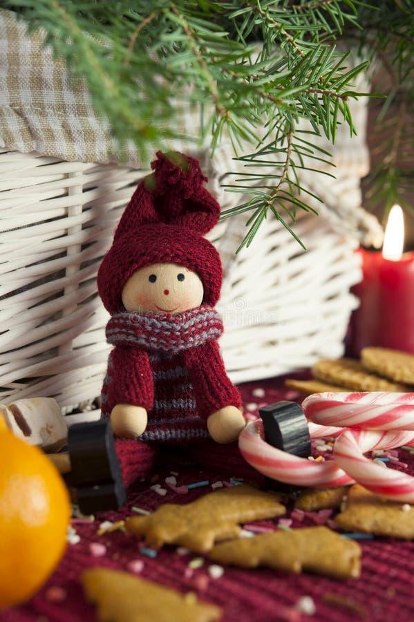 Muñeca de madera decorativa en fondo de la Navidad. Primer. fotos de archivo