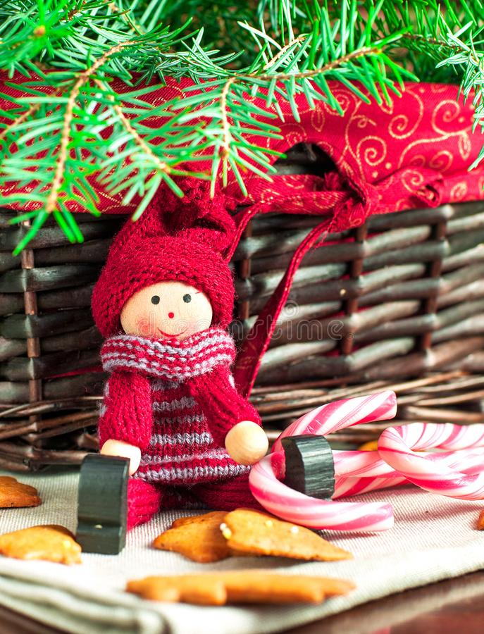 Muñeca de madera decorativa en fondo de la Navidad Primer imagen de archivo libre de regalías