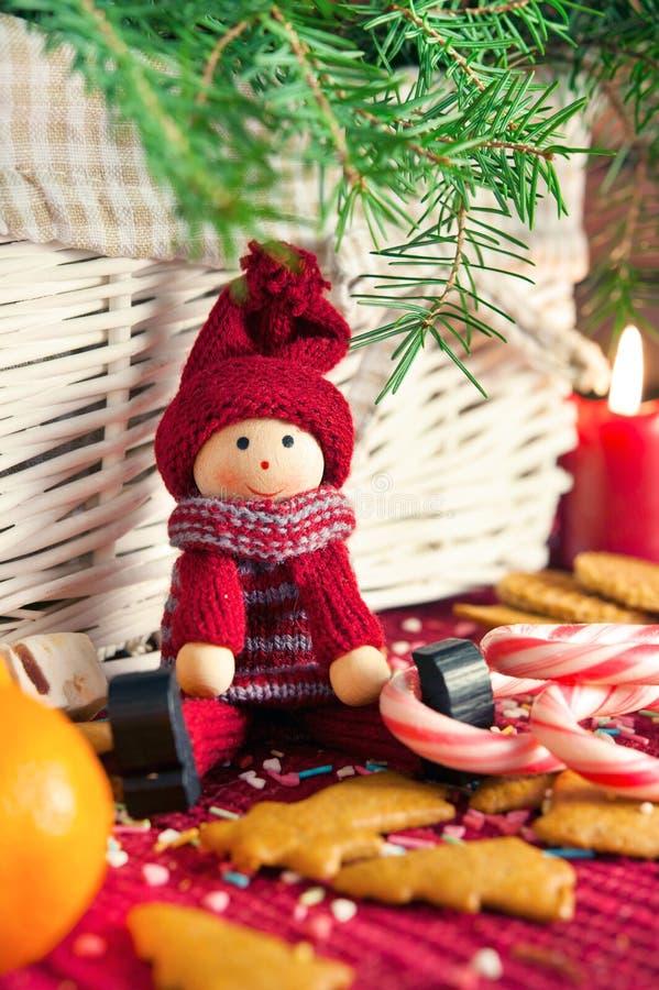 Muñeca de madera decorativa en fondo de la Navidad Primer fotos de archivo