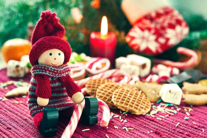 Muñeca de madera de la Navidad del primer con los dulces imagen de archivo