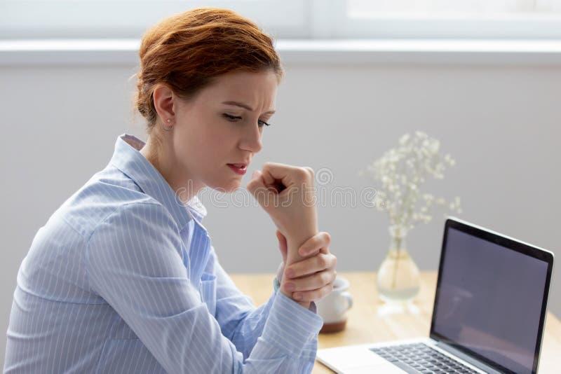Muñeca de masaje femenina que tiene síndrome del túnel carpiano foto de archivo