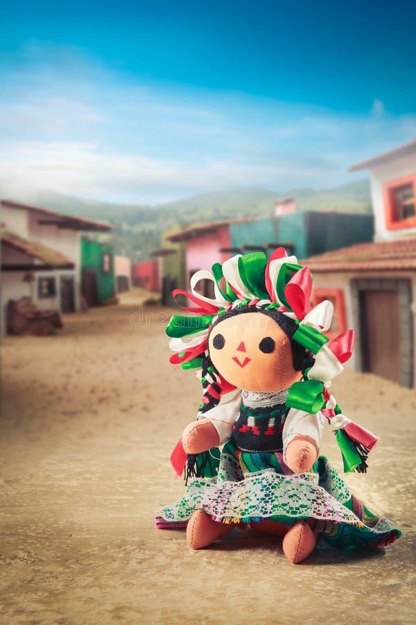Muñeca de trapo mexicana en un vestido tradicional fotografía de archivo