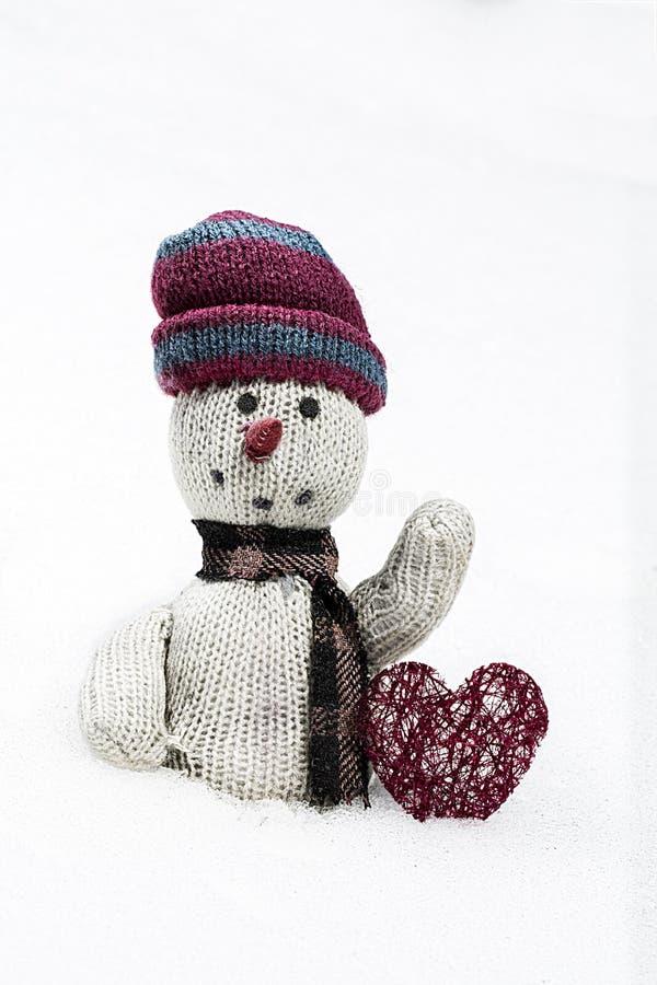 Muñeca de trapo vieja en la nieve imagenes de archivo