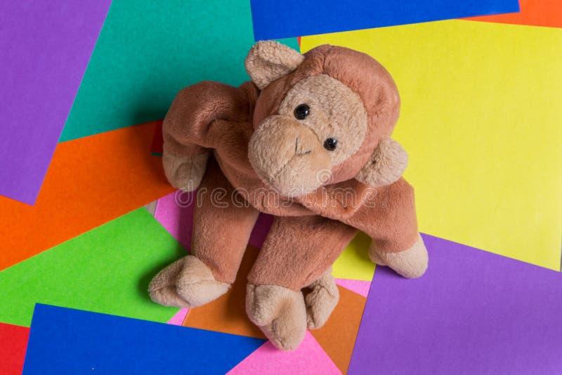 Muñeca del mono en fondo colorido imagenes de archivo