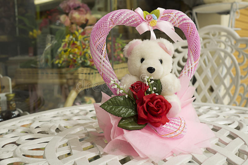 Muñeca del oso blanco y corazón rosado imagen de archivo libre de regalías