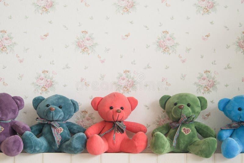 Muñeca del oso de peluche y fondo dulce imagen de archivo