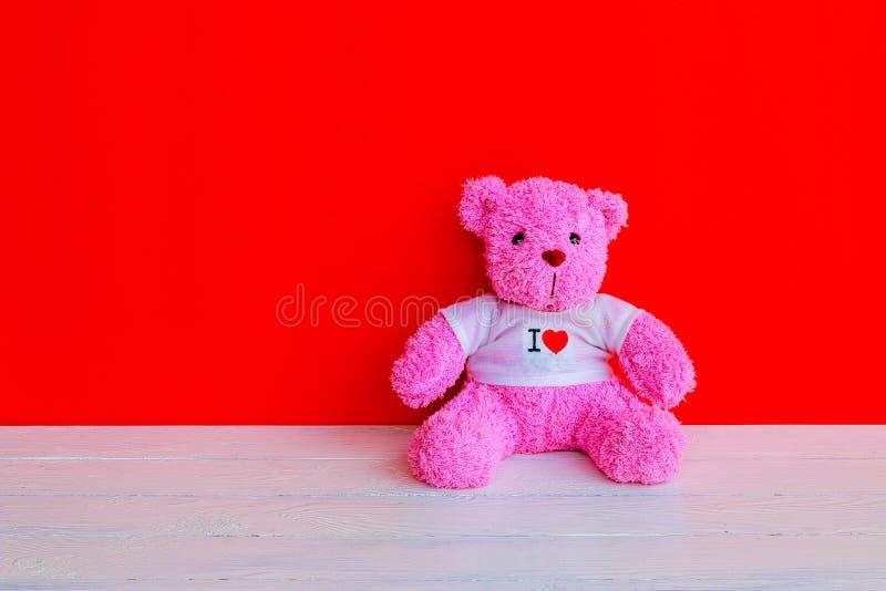 Muñeca del oso en la sobremesa de madera del tablón fotos de archivo libres de regalías