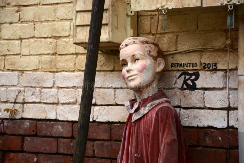 Muñeca espeluznante imagenes de archivo