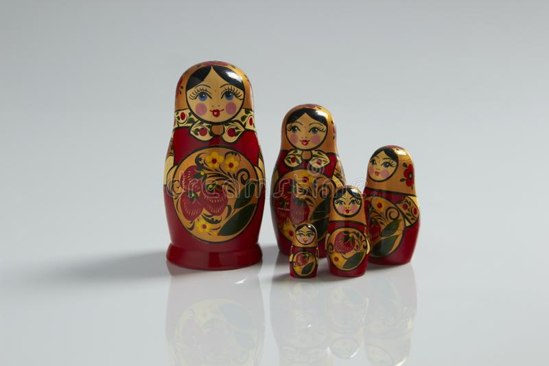 Muñeca jerarquizada rusa única (Matryoshka) en blanco, que se colocan cerca juntos como una familia Matroska Muñecas rusas foto de archivo libre de regalías