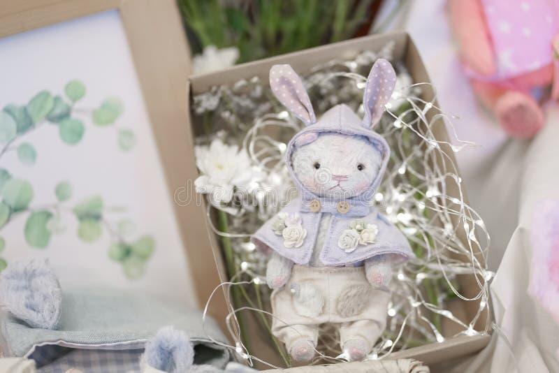 Muñeca linda de la felpa del oso de peluche en una caja de presente Presente del feliz cumpleaños para una niña foto de archivo libre de regalías
