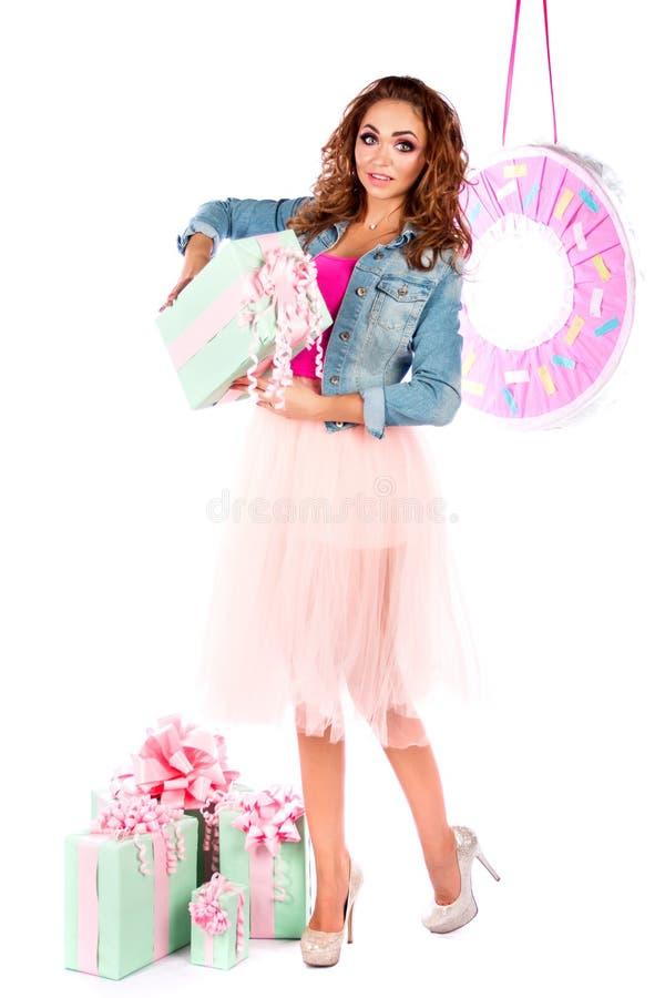 Muñeca linda en un vestido y una chaqueta rosados de los vaqueros imagen de archivo libre de regalías