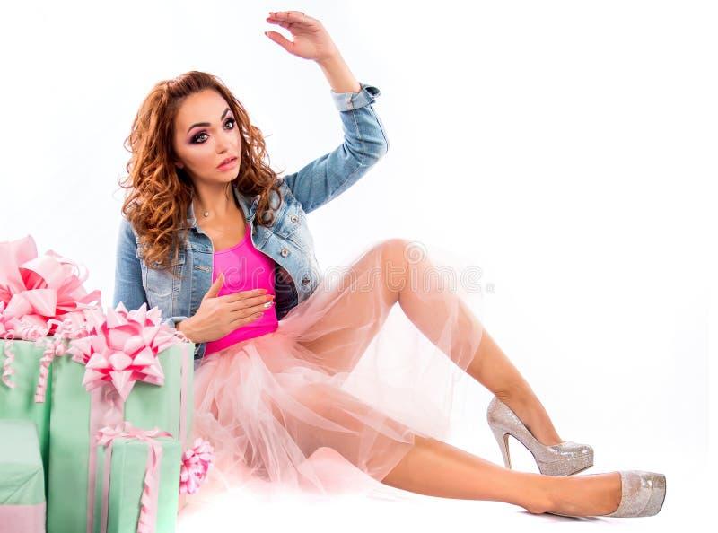 Muñeca linda en un vestido y una chaqueta rosados de los vaqueros foto de archivo libre de regalías