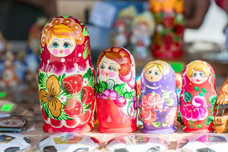 Muñeca-matryoshka nacional rusa tradicional del recuerdo foto de archivo libre de regalías