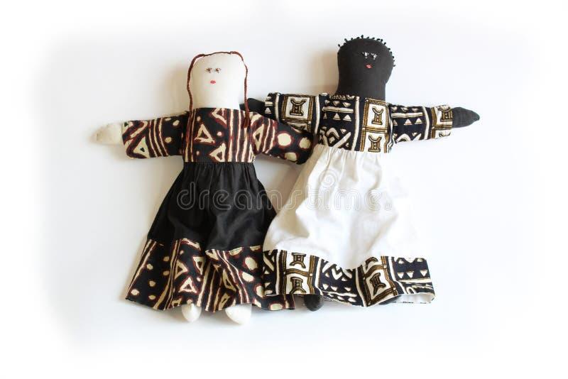 Muñeca negra y muñeca blanca que coloca de lado a lado la unidad del concepto imágenes de archivo libres de regalías