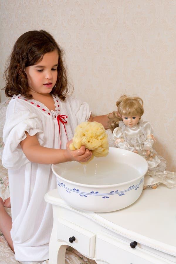 Muñeca que se lava de la muchacha del vintage fotografía de archivo