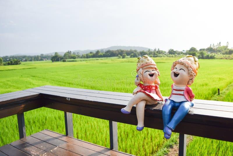 Muñeca que se sienta en el de madera fotografía de archivo libre de regalías