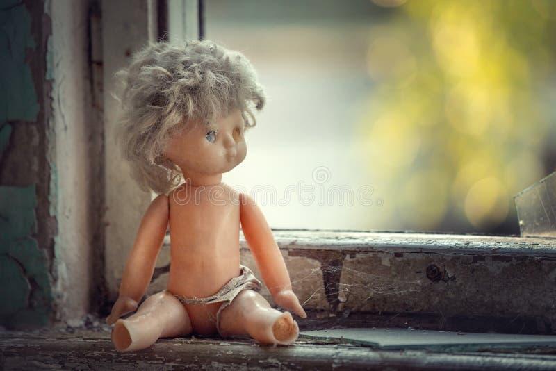 Muñeca quebrada cerca de la ventana en escuela abandonada en Pripyat foto de archivo libre de regalías